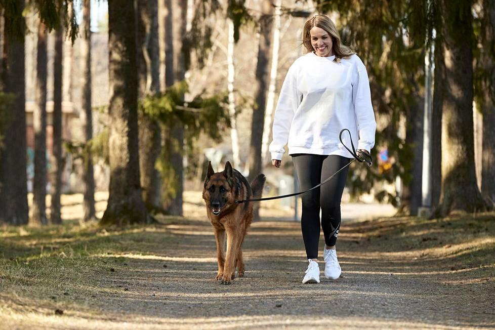 Topi the Dogin omistaja Lindstedt korostaa, että Instagramiin mahtuu monenlaisia koiratilejä.