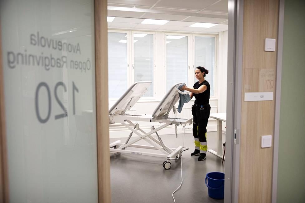 Tämä huone tulee avoimen neuvolan käyttöön. Jenina Varha siivoaa tulevaa Kampin perhekeskusta.