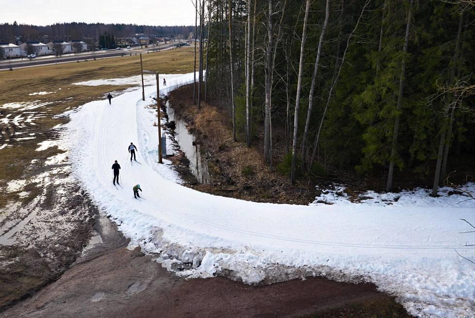 Paloheinän hiihtomaratonilla kierrettiin 87 kertaa 1,15 kilometrin tykkilumilatua.