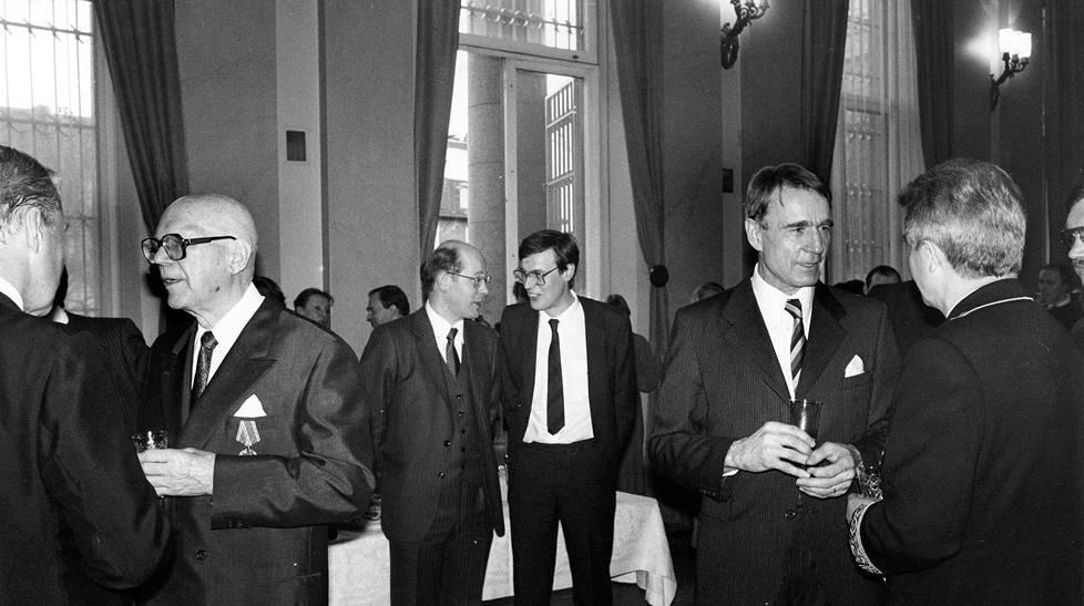 Kekkonen ja Koivisto eivät olleet huomaavinaan toisiaan yya-vastaanotolla 6. huhtikuuta 1981. Taustalla Suomen Sosiaalidemokraatin päätoimittaja Seppo-Heikki Salonen (vas.) ja Rkp:n puoluesihteeri Peter Stenlund.