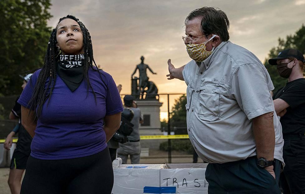 Yhdysvalloissa on kiistelty siitä, pitäisikö Abraham Lincolnia ja orjaa hänen jalkojensa juuressa esittävä Emancipation Memorial -patsas poistaa Lincoln Parkista Washingtonissa. 26-vuotias Anais kannattaa poistamista. Oikealla seisova mies on eri mieltä. Spot news -uutiskuvat, 1. palkinto.