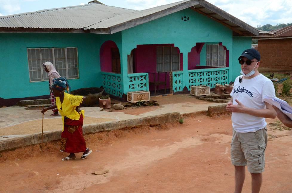 Valtionsyyttäjä Tom Laitinen esitteli käräjäoikeudelle Kamatahun Hassalan kylässä rikospaikkaa, josta todistajat olivat kertoneet krp:n tutkijoille.
