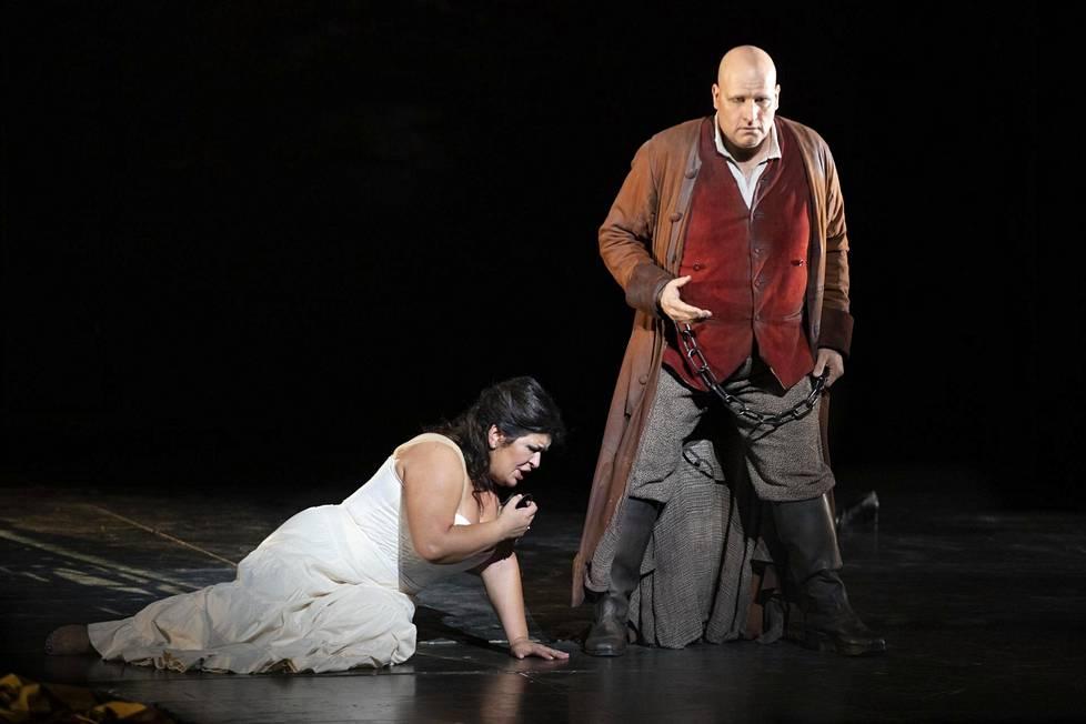 Veronika Džiojeva (Leonora) ja Mika Pohjonen (Manrico) Kansallisoopperan Trubaduurissa.