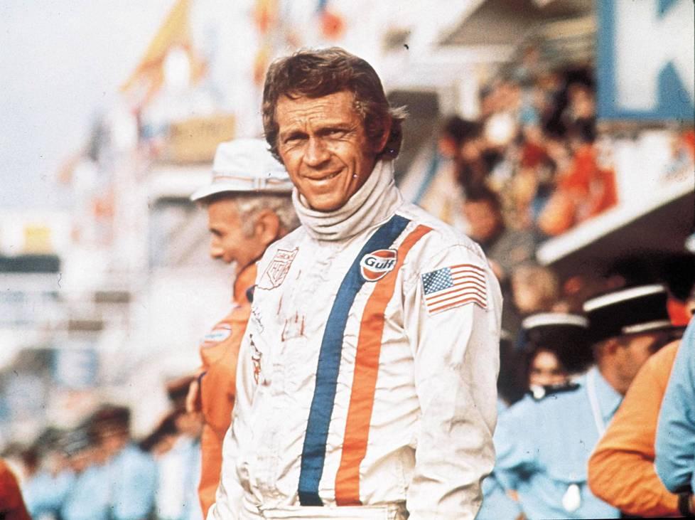 Steve McQueenin ajohaalarin pystyraidat olivat lähtökohta, kun KIC Motorsportin autojen väritystä suunniteltiin. McQueen oli pääosassa vuonna 1971 julkaistussa Le Mans -elokuvassa.