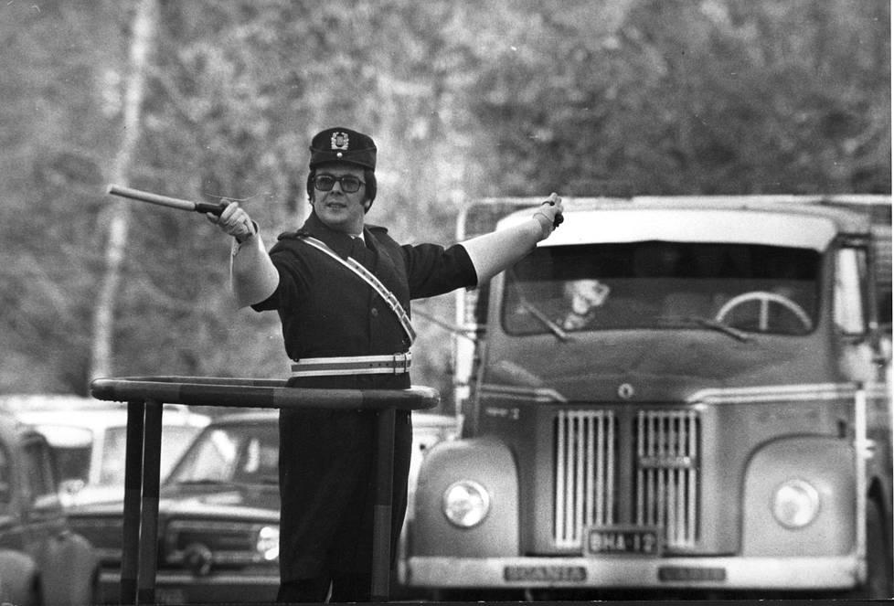 Ensimmäiset liikennevalot otettiin Suomessa käyttöön 1950-luvun alussa, mutta pitkään senkin jälkeen liikennepoliisit ohjasivat autoja vilkkaissa risteyksissä.