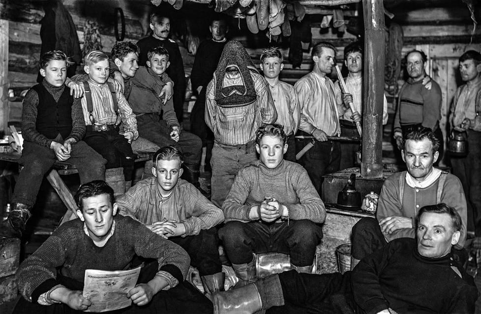 Vuonna 1943 Vähävaaran savottakämpässä oli runsaasti poikia, koska miehet olivat sodassa. Eturivissä vasemmalta Akseli Remes, Väinö Valpas, Eino Hoikka, Otto Leppänen ja Tähtinen, jonka etunimi ei ole tiedossa. Pöydällä istuvat Veikko Posio, Matti Karppinen, Martti Lilleberg ja Vilho Posio. Ville Hoikka on vetänyt villapaidan päänsä yli. Hänen oikealla puolellaan on Eero Putaansuu, Lutvig Tarvas, Pekka Hoikka, Vilho Koivuranta ja Akseli Peura. Takana ovat Matti Kähkönen ja Janne Posio.
