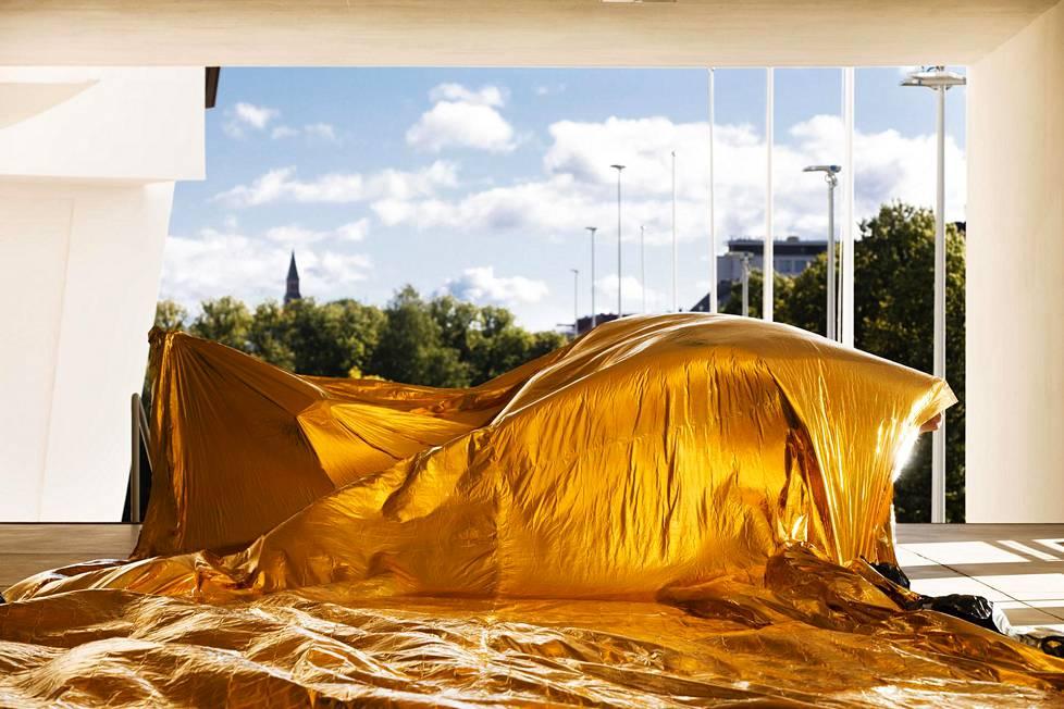Pia Männikön kultainen teos Midsummer Night's Dream (2020) tervehtii olympiahengessä näyttelyn loppuun asti katsoneita.