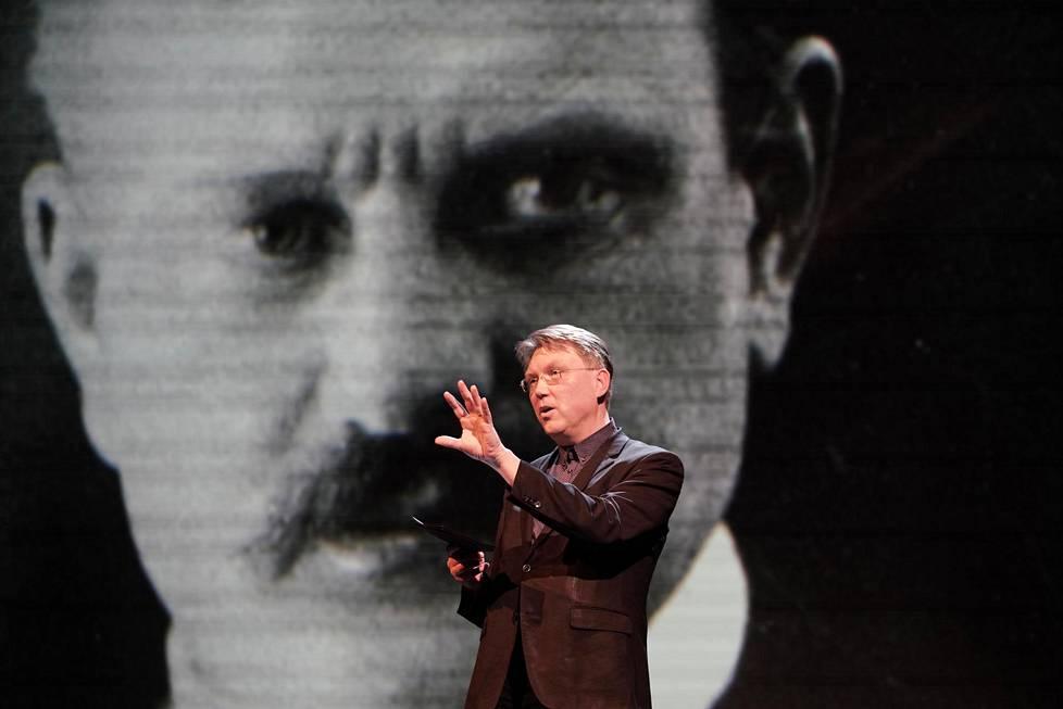 Musiikkitoimittaja Vesa Sirén kuunteluttaa yleisölle uutta Sibeliusta.