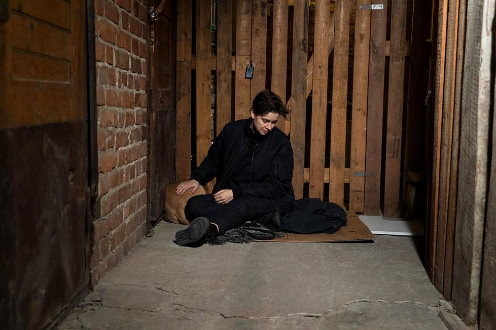 """""""Täällä täristään nyt kovasti, taidetaan mennä kellariin vähäksi aikaa"""", sanoi katajanokkalainen Anna Cadia. Lopulta Nakki-koira oli suurimman osan illasta maan alla."""