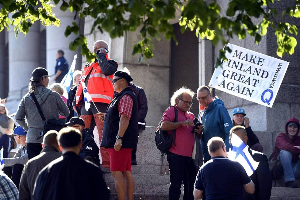 Qanonin symboleita on näkynyt Helsingissä esimerkiksi Suomi Eroon EU:sta - ja Eroa hallitus -mielenosoituksessa syyskuussa.
