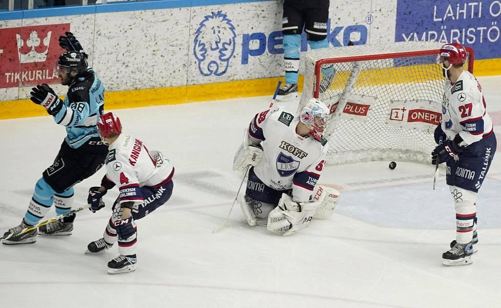 Pelicansin Severi Lahtinen tuulettaa, kun kiekko on ensimmäistä kertaa IFK:n maalissa Atte Engrenin selän takana. Iikka Kangasniemi ja Kyle Quincey eivät pystyneet estämään osumaa.