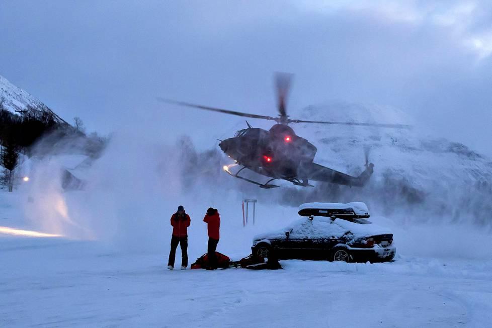 Pelastushelikopteri laskeutui Blåbærfjellet-tunturin juurelle perjantaina.