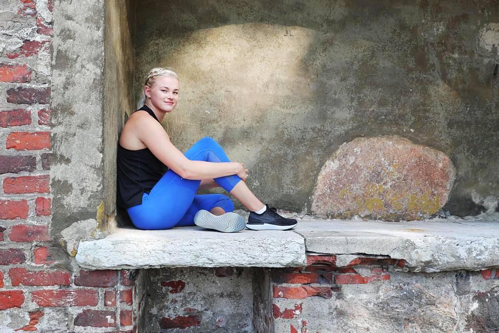 """Wilma Murto, 20, haluaa olla pitkään seiväshypyn huipulla. """"Vuoden 2028 olympialaisissa olen vasta 30-vuotias"""", Murto sanoo ja istuu Turun tuomiokirkon ulkoseinän syvennyksessä."""