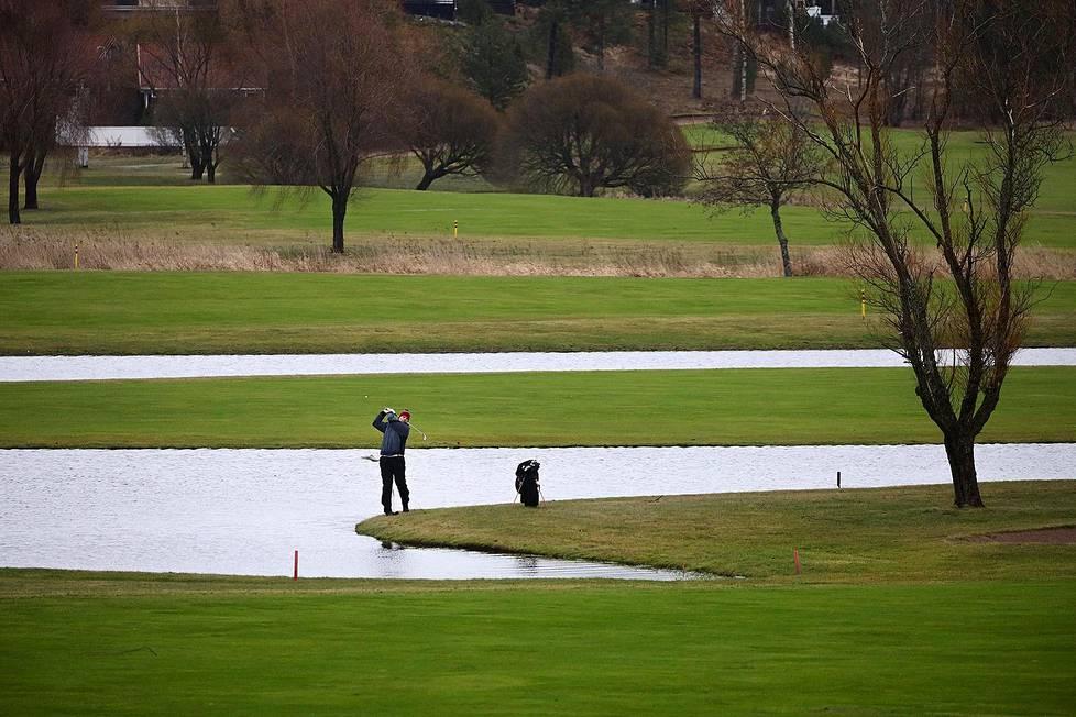 Jani Manninen pelasi kierroksen golfia Siuntion Pickala Golfissa 15. tammikuuta 2020.