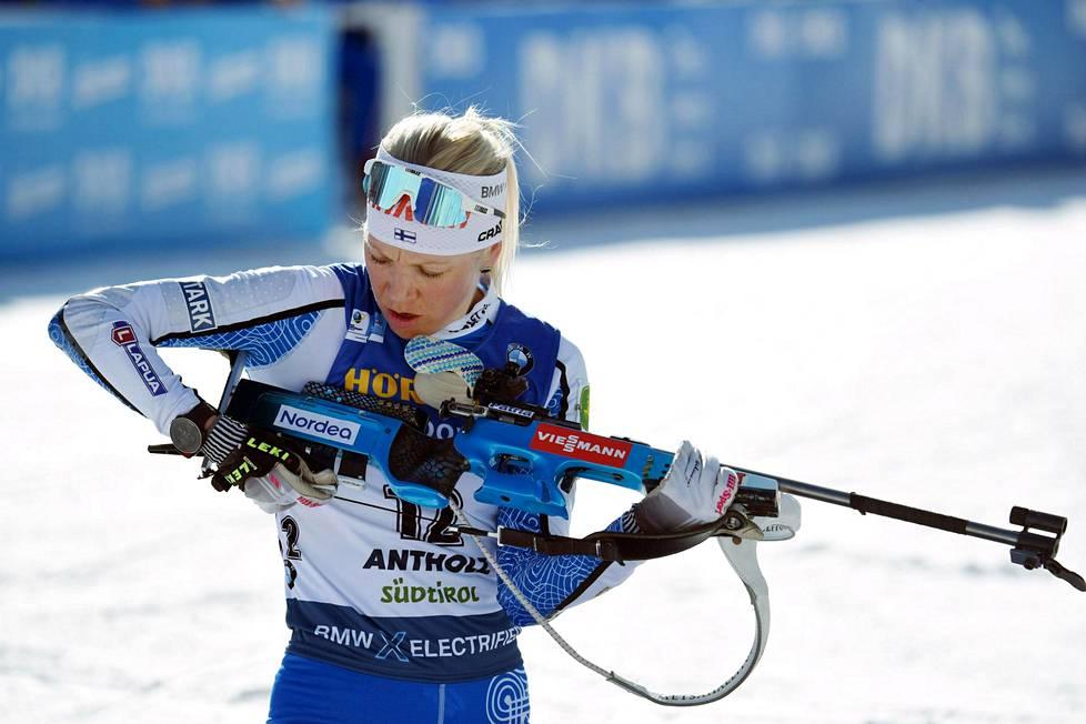 Kaisa Mäkäräinen valmistautuu ampumaan 15 kilometrin normaalimatkan MM-kisassa Anterselvassa.