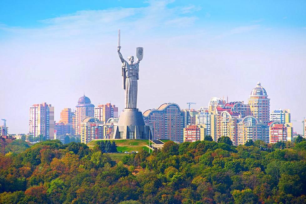 Äiti synnyinmaa -patsas on 102 metriä korkea. Sen juurella on toisen maailmansodan museo.