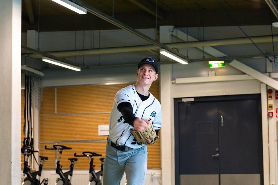 Konsta Kurikka heittää baseballpalloa paikaltaan yli 150 kilometrin tuntinopeudella.