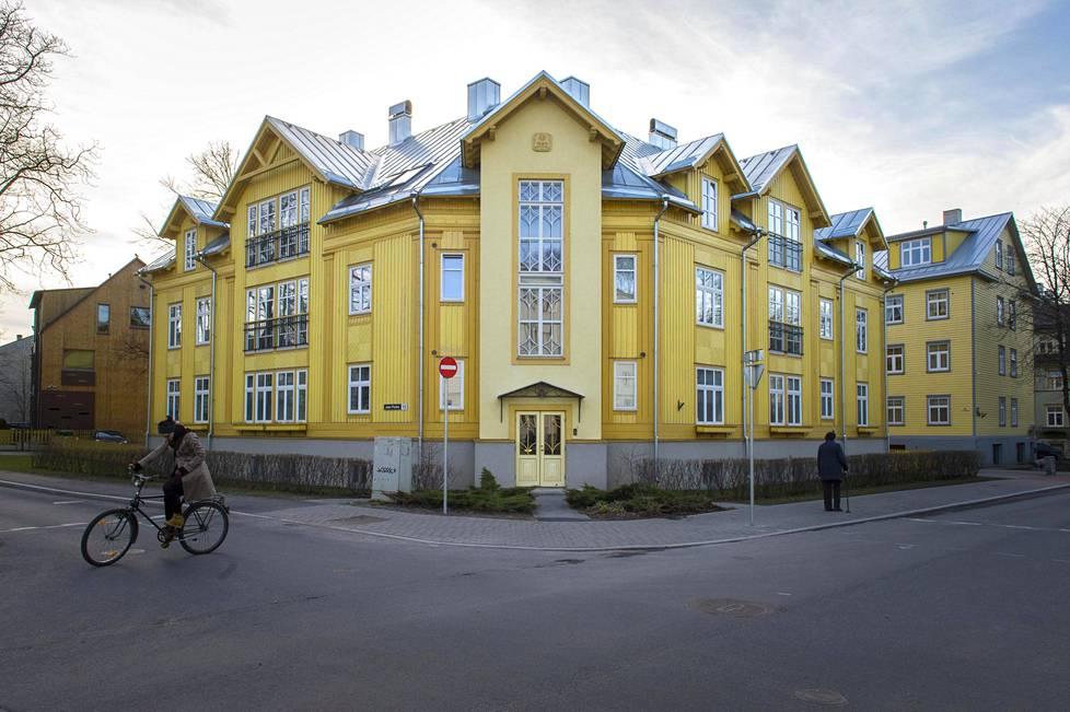 Allan Strusin narsissinkeltainen puuverhoiltu talo Tallinnan Kadriorgissa osoitteessa J. Poska 13.