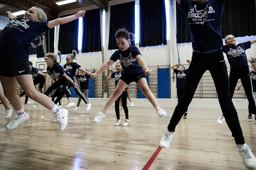 Cheerleading-harjoitukset Puotilan koululla syyskuussa 2019. Tällä hetkellä Helsingissä on voimassa tiukat ryhmäliikuntatapahtumia koskevat rajoitukset.