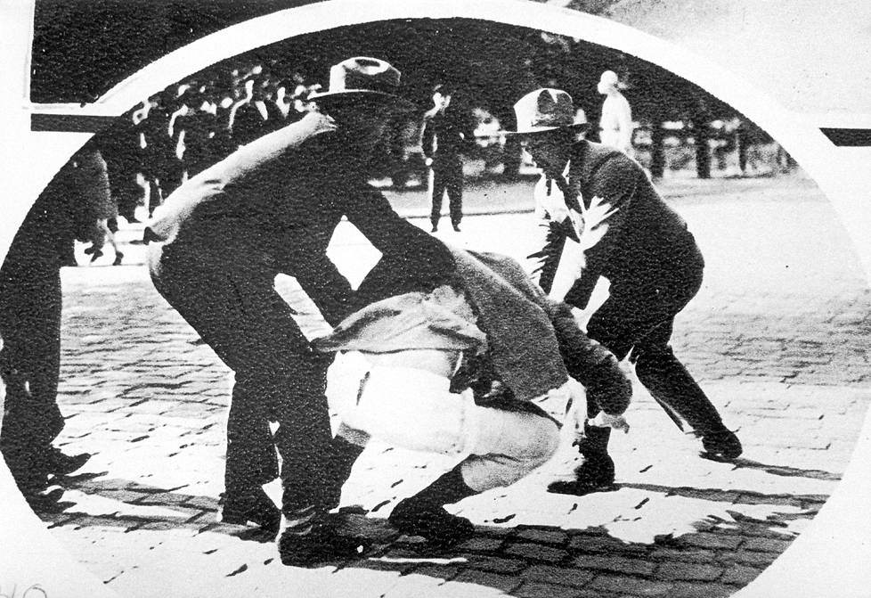 Maaliskuussa 1930 Lapuan liikkeen kannattajat riisuivat ja mukiloivat vaasalaisen Työn Ääni -lehden faktori Niemisen ja tuhosivat lehteä painaneen kirjapainon koneet.