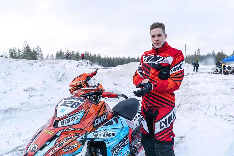 """Snowcrossissa kokonaisuus ratkaisee, Aki Pihlaja sanoo. """"Jotkut saattavat keskittyä pelkästään kelkan virittämiseen, mutta jos unohtaa fyysisen treenin, ei nopeaa kelkkaa jaksa ajaa."""""""