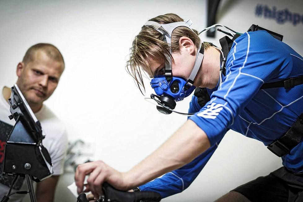 Tero Joutsen testasi Kilpa- ja huippu-urheilun tutkimuskeskuksen Kihun laboratoriossa Jyväskylässä, millaisessa kunnossa paraurheilija Santeri Kiiveri on.