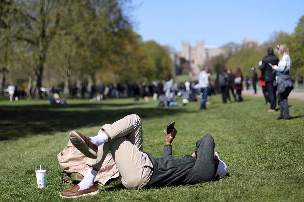 Windsorissa seurattiin aurinkoisessa säässä pidettyjä hautajaisia myös etäyhteyksien avulla.