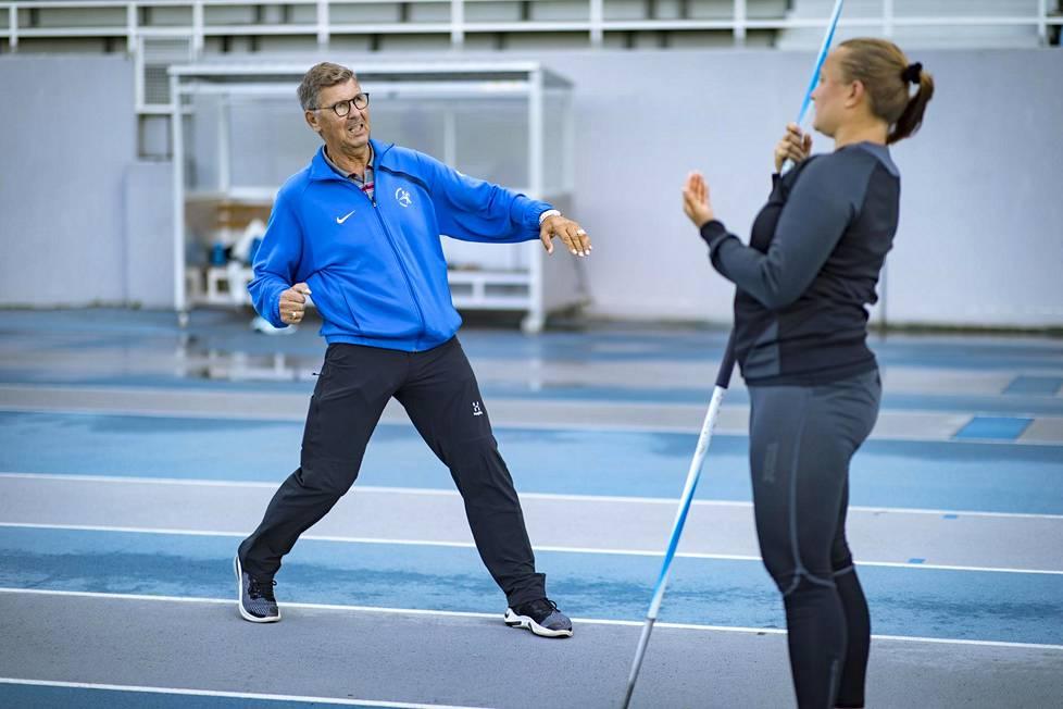 Leo Pusa kertaa Leppävaaran urheilupuistossa Espoossa Heidi Nokelaiselle, kuinka keihäänheiton loppuveto pitää tehdä.