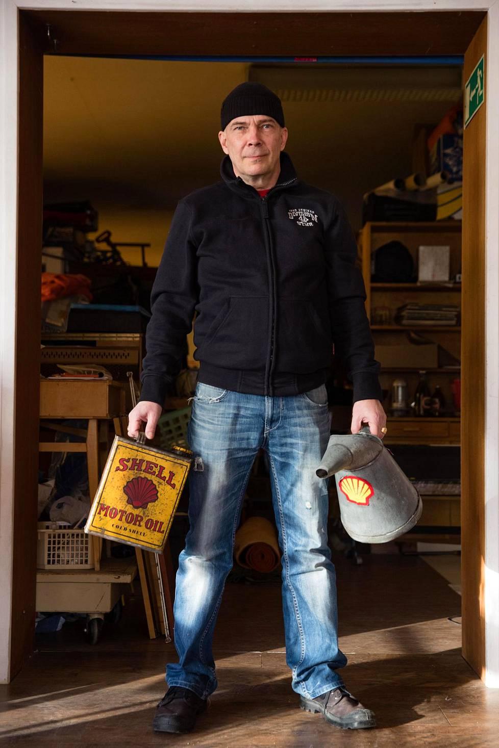 Kari Strengell myy vanhoja tavaroita. Menneiden vuosikymmenten öljykanisterit ja -kannut kiinnostavat miesasiakkaita.