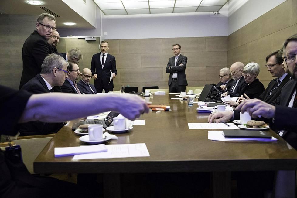 Kokous alkoi keskiviikkona 4.3. kello yhdeksän. Pöydän päässä vasemmalla valtioneuvoston turvallisuusjohtaja Ahti Kurvinen. Hänen vieressään seisoo kokouksen puheenjohtaja, valtioneuvoston kanslian alivaltiosihteeri Timo Lankinen.