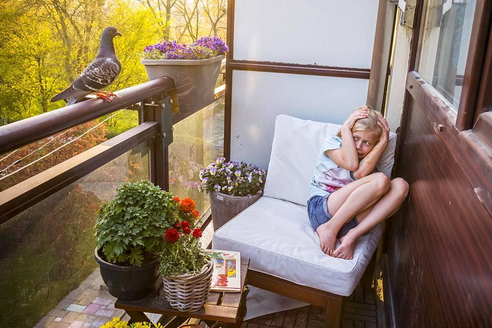 Korona eristi hollantilaisen valokuvaajan Jasper Doestin perheen kotiin viime keväänä. Kevään mittaan he tutustuivat kahteen kyyhkyseen. Linnut nimettiin Ollieksi ja Dollieksi, ja ne saivat kulkea asuntoon vapaasti. Kuvassa perheen tytär Merel pelästyy sisään lentävää Dollieta, mutta ajan mittaan lapsetkin tottuivat lintuihin. Luontoaiheiset sarjat, 1. palkinto.