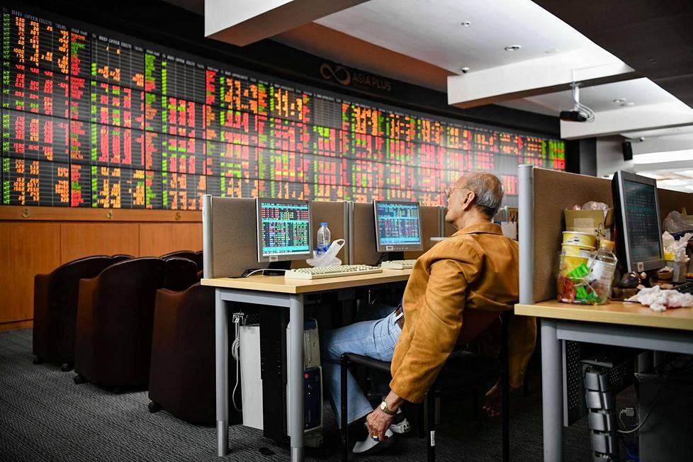 Bangkok, Thaimaa 13. maalikuuta 2020. Thaimaalainen sijoittaja seurasi pörssikursseja.