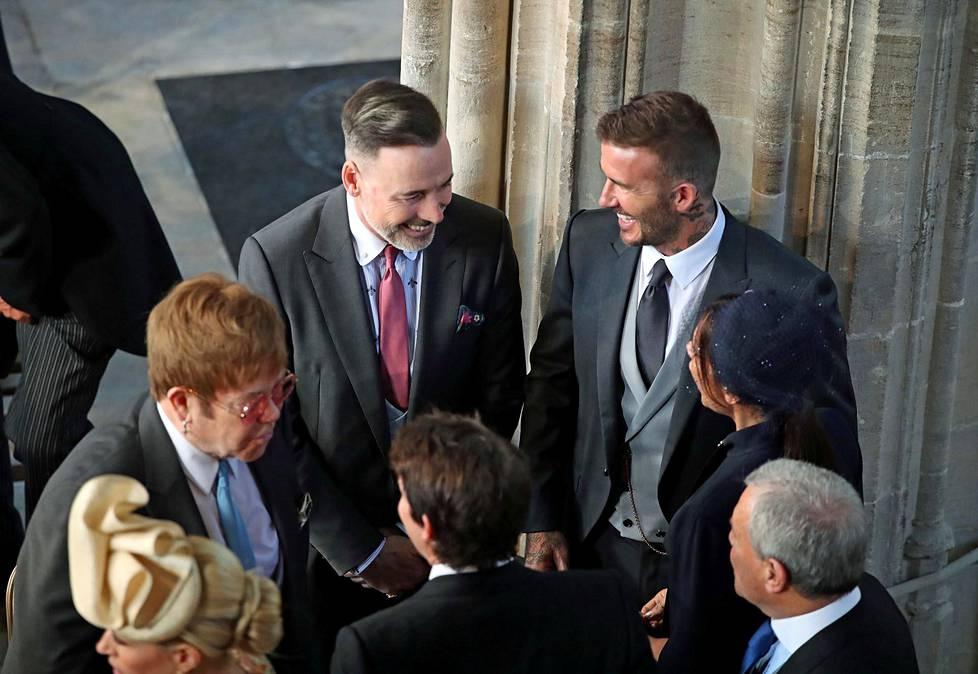 David ja Victoria Beckham keskustelivat Elton Johnin ja tämän puolison David Furnishin kanssa ennen seremonian alkua.