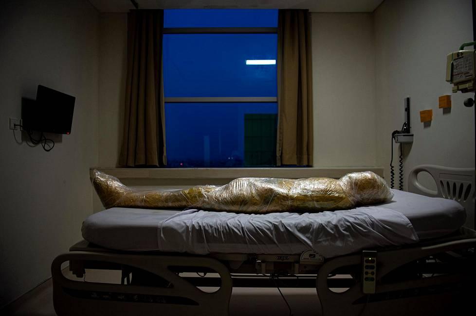 Kun koronapandemia alkoi viime vuoden keväällä, Indonesiassa vaadittiin, että kuolleiden ruumiit kääritään muoviin ja suihkutetaan desinfiointiaineella. Yleiset uutisaiheet, 2. palkinto.