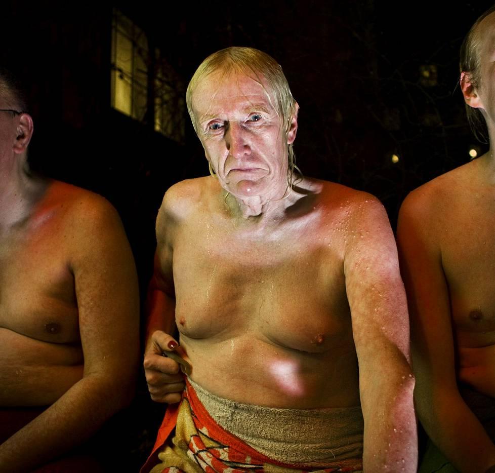 Lassen 70-vuotissyntymäpäiviä vietettiin vuonna 2009 Kotiharjun saunalla. Lasse pelaa saunalla shakkia, saunoo ja juo välillä viinaa.
