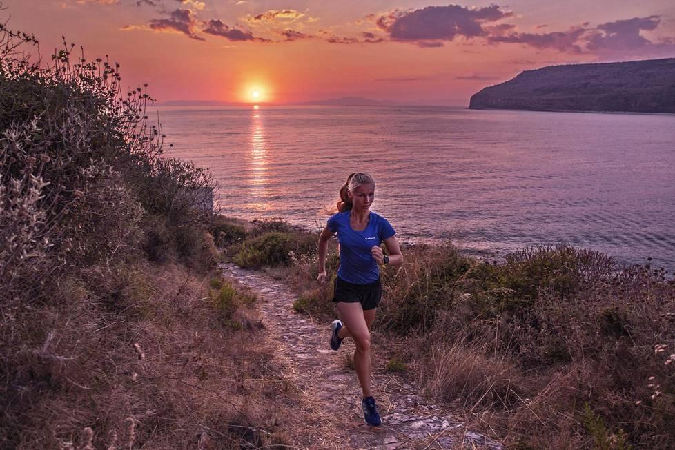 Noora Honkala juoksulenkillä kotimaisemissaan Karvelasissa Kreikassa.