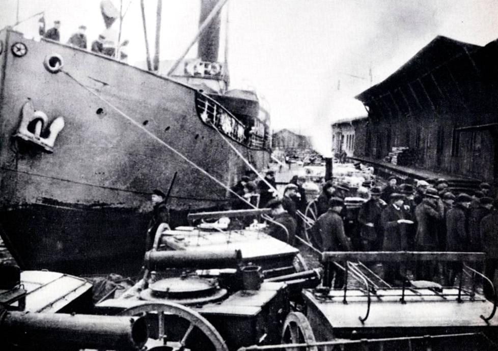 Jääkärikomennuskunta lastaamassa aseita suomalaiseen Poseidon-höyrylaivaan Danzigissa.