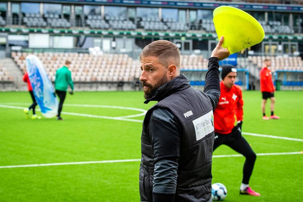 Espanjalaisvalmentaja Joaquín Gomez valmensi erilaisissa tehtävissä Englannissa kymmenen vuotta ennen kuin pääsi uransa ensimmäiseen päävalmentajatehtävään Suomessa.
