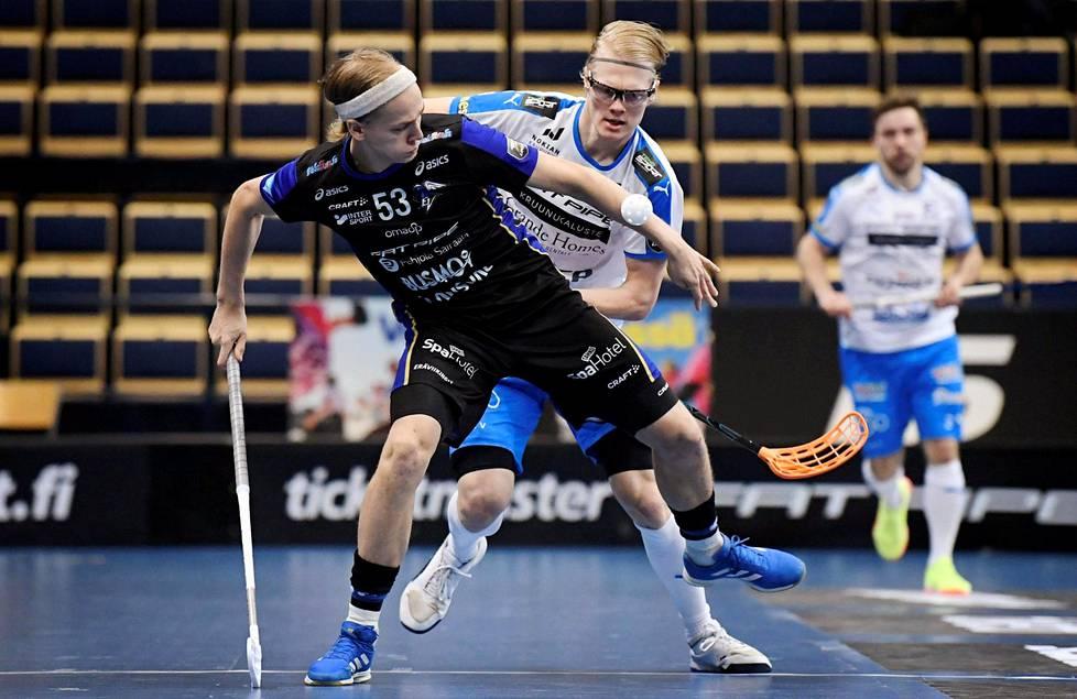 Eräviikinkien Tuomas Aho (vas.) kamppaili Nokian Krp:n Joona Rantalan kanssa Vantaan Energia-areenalla 11. marraskuuta pelatussa ottelussa. Krp vei pisteet maalein 6–2.