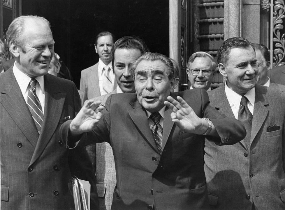 Vuoden 1975 Ety-kokouksessa tapasivat Gerald Ford (vas.) ja Leonid Brežnev (kesk.). Kokouksen päätösasiakirjaan saatiin maininta ihmisoikeuksien kunnioittamisesta. Tämä vauhditti itäblokin murenemista.