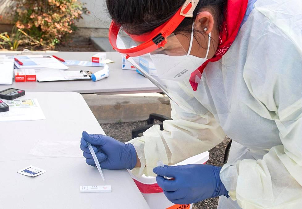 Vasta-ainetestin tarkoituksena on selvittää, onko ihminen sairastanut covid-19-taudin. Terveydenhuollon työntekijä tutki testiä tiistaina Kaliforniassa Yhdysvalloissa.