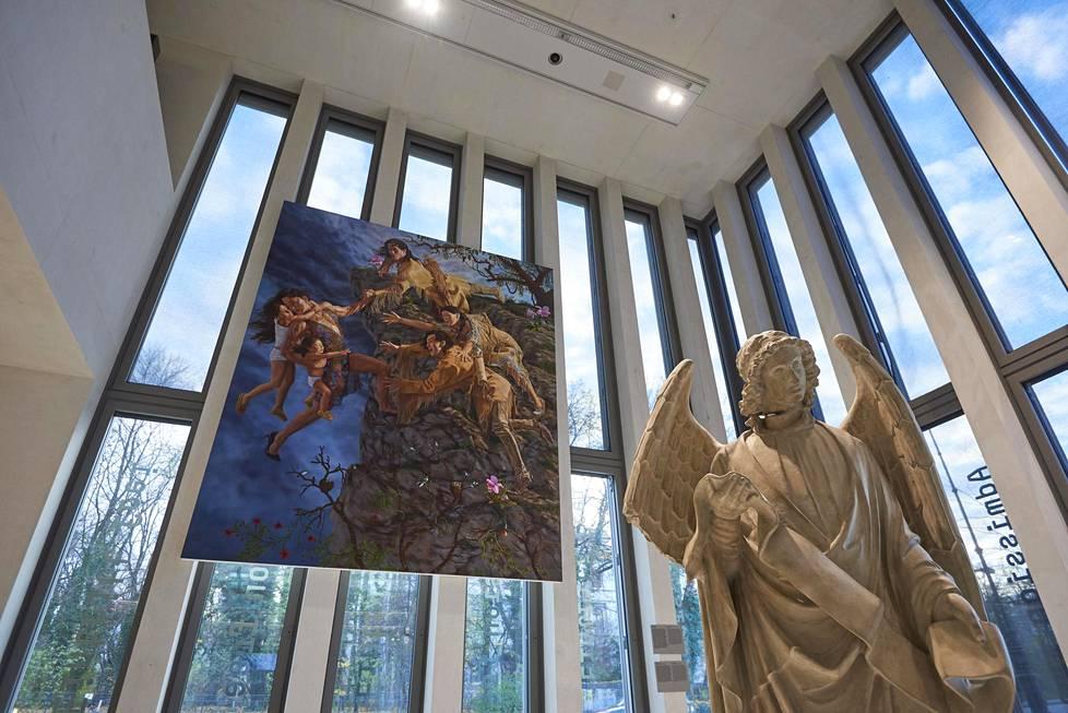 Kent Monkmanin The Deluge (2019) ja Rosemarie Trockelin Franfurter Engel (1994) Münchenin Kansallissosialismin historian dokumentaatiokeskuksen uudessa Tell me about yesterday tomorrow -näyttelyssä.