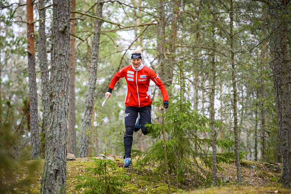 Vroni König-Salmi sanoo, että hänen pitää olla edelleen kovassa kunnossa, jotta hän pystyy juoksemaan harjoituksissa suunnistajan mukana.