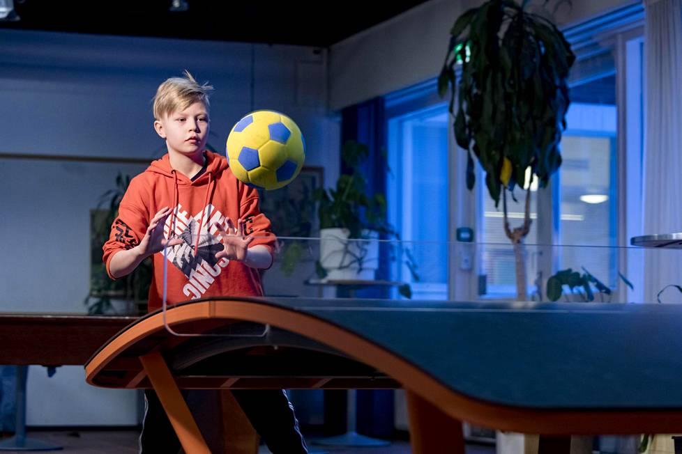 Helsinkiläisen Pukinmäenkaaren peruskoulun viidesluokkalainen Joel Hursti kehui Move-mittauksia kivoiksi. Hän myös pärjäsi niissä hyvin. Torstaina hän pallotteli teqball-pöydällä koulun aulassa.