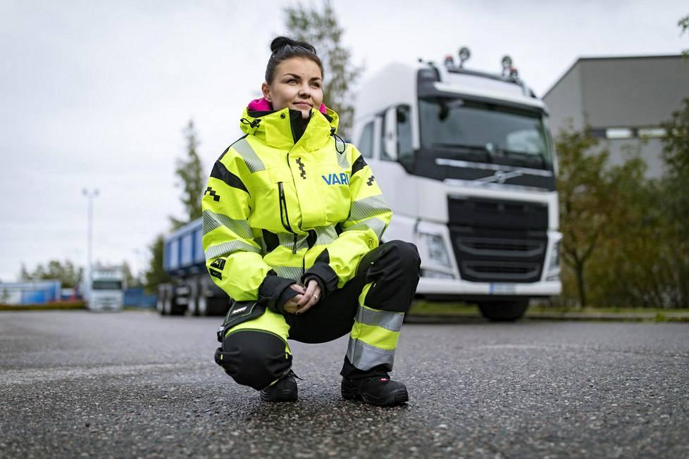 """Kun Myrskyläläinen Mia Högström näki veljensä työpaikalla """"kasettiauton"""", lähihoitajan ammatti vaihtui yhdistelmäajoneuvon kuljettajan opintoihin."""