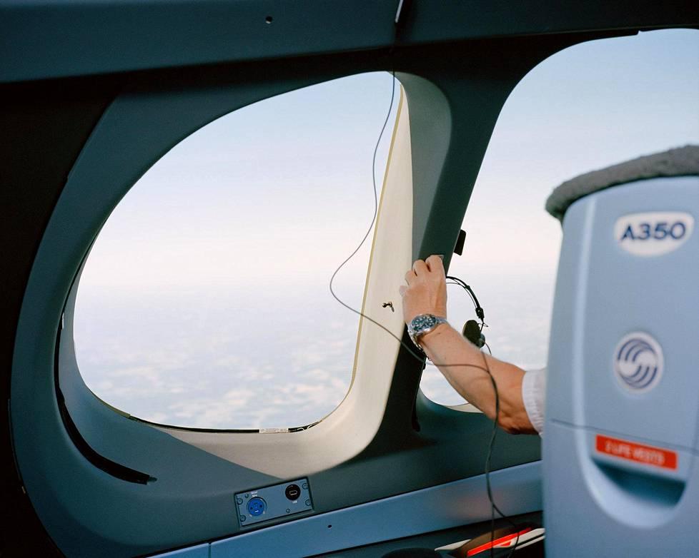 Kun lentokone on saatu ilmaan, äänet vaimenevat ja kapteeni luopuu kuulokkeistaan.