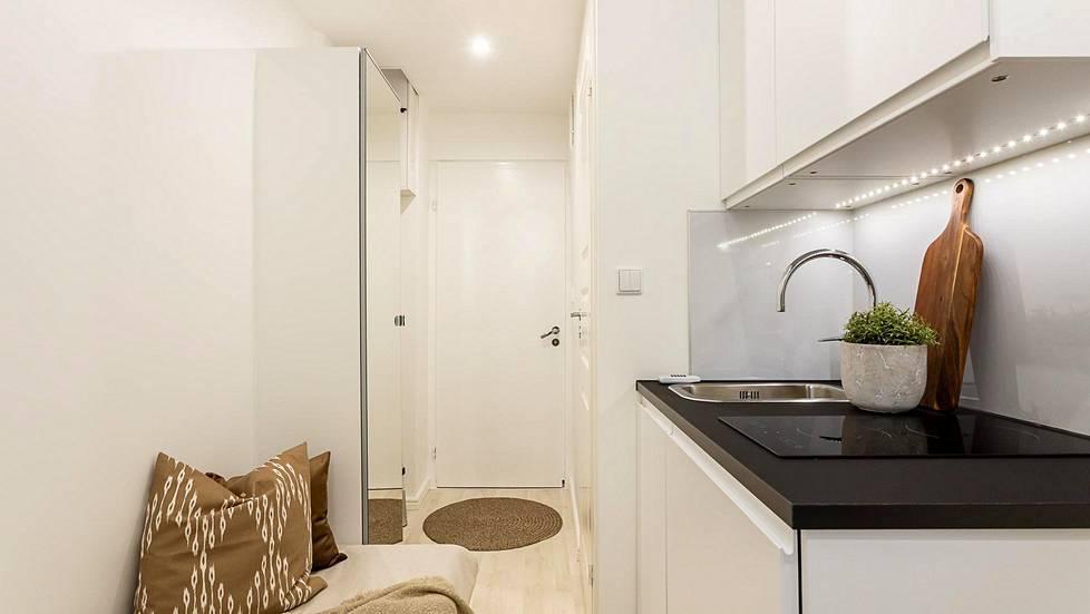Seitsemän neliön asuntoon asennettiin toimiva keittonurkkaus. Lieden alapuolelta löytyy jääkaappi.
