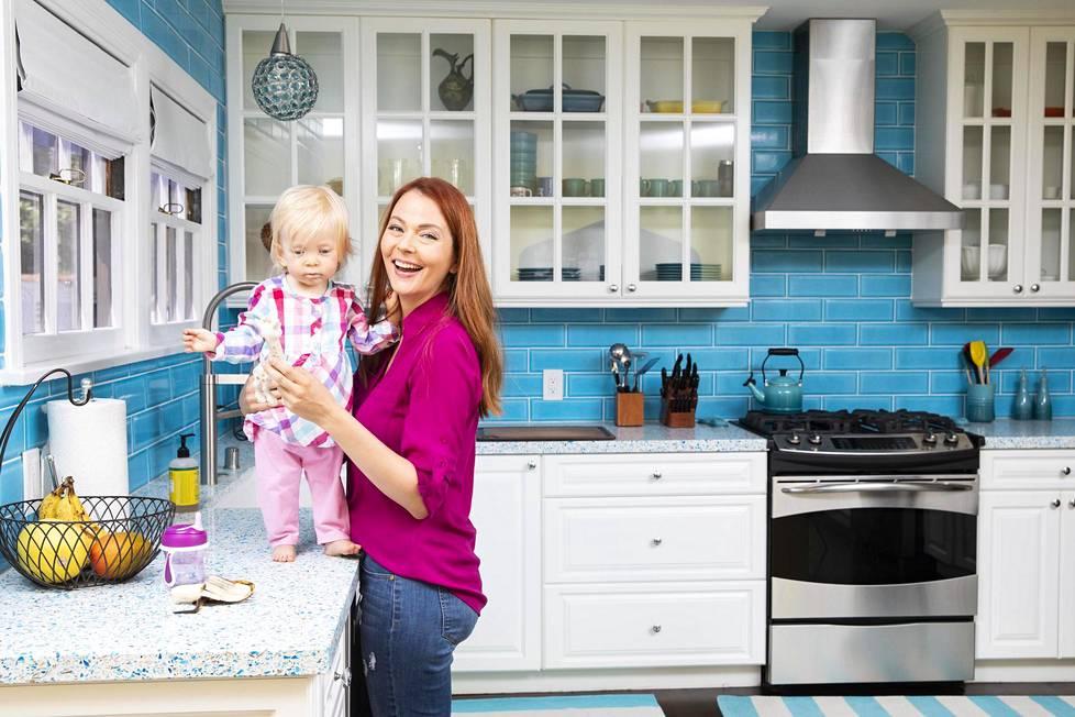 Näyttelijä Anna Easteden on remontoinut miehensä kanssa vanhaa taloa kymmenen vuotta. Nyt hän on kotona Everett-tyttären kanssa mutta käy myös koekuvauksissa.
