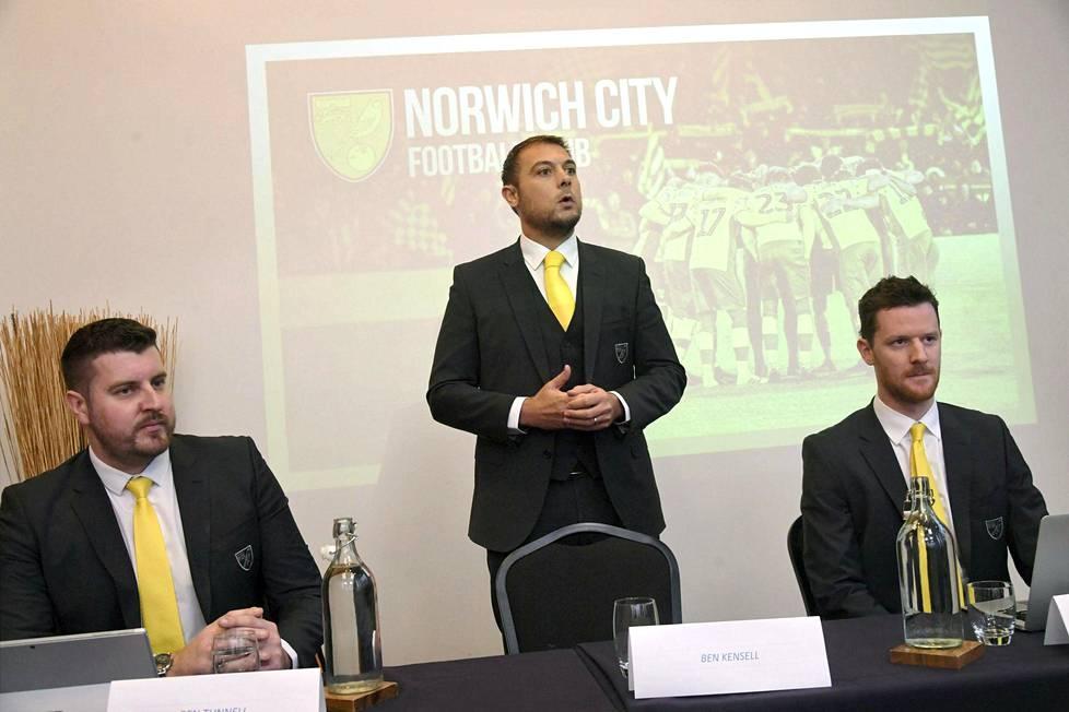 Norwich Cityn kaupallinen johtaja Ben Tunnell (vas.), operatiivinen johtaja Ben Kensell sekä kaupallisten toimintojen johtaja Sam Jeffery kertoivat tiistaina seuransa tulevista suunnitelmista Suomessa.