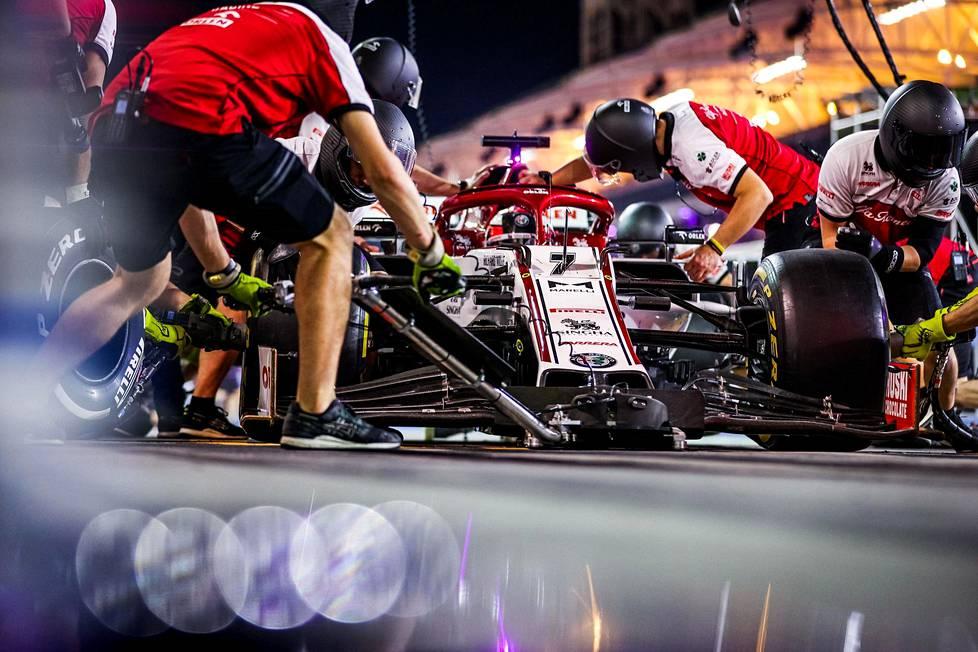 Alfa Romeon mekaanikot Kimi Räikkösen auton kimpussa.
